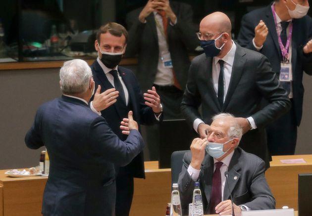 Emmanuel Macron, Charles Michel et Josep Borrell, ici au siège de l'UE à Bruxelles en Belgique,...