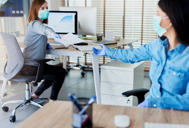 Πώς οι εργοδότες θα φέρουν ξανά τους εργαζόμενους στο γραφείο το