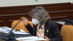 La exministra Carcedo lanza el lápiz, da un golpe en la silla y explota: