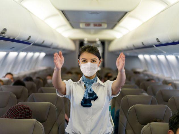 China recomienda a los azafatos de vuelo usar pañales para prevenir el
