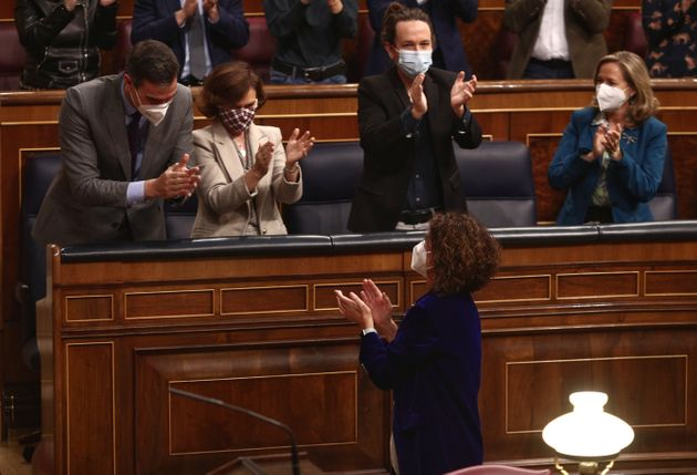 Sánchez saluda a María Jesús Montero tras el debate de presupuestos en el