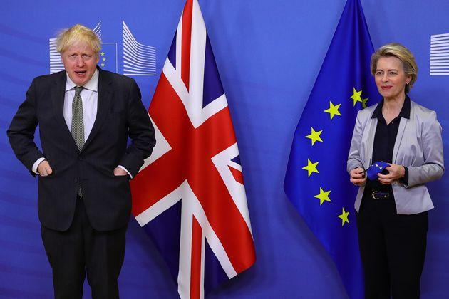 Boris Johnson et Ursula von der Leyen à Bruxelles le 9 décembre 2020 (Photo by Aaron Chown...