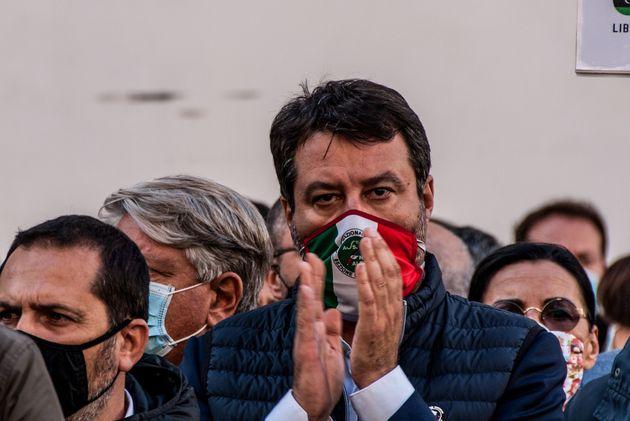 Salvini non dice nulla sulle classi pollaio (ma ha la scuola nel