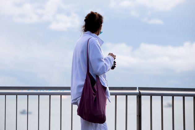 Una trabajadora del Hospital del Mar descansa frente a la playa en Barcelona el 5 de