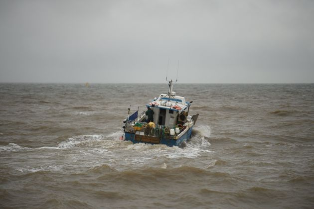 Un barco de pesca que sale del puerto pesquero de Bridlington Harbour en el noreste de ...
