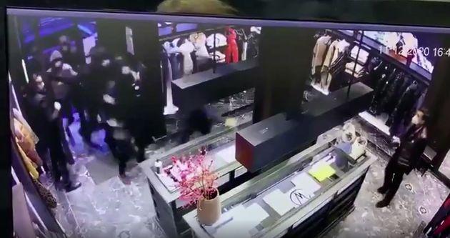 Ce vendredi 11 décembre, une bande d'une douzaine d'individus a pénétré dans une boutique Moncler du...
