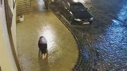El drama de la mujer de la mochila que ya han visto más de cinco millones de personas: atentos al