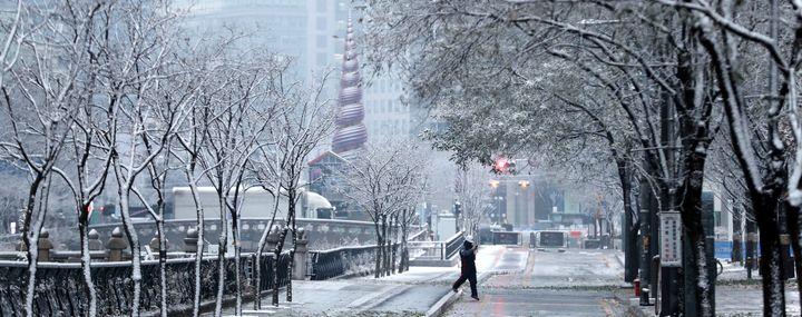 중부지방 곳곳에 눈이 내리는 가운데 13일 오전 서울 청계천에서 시민들이 첫눈을 감상하고 있다.