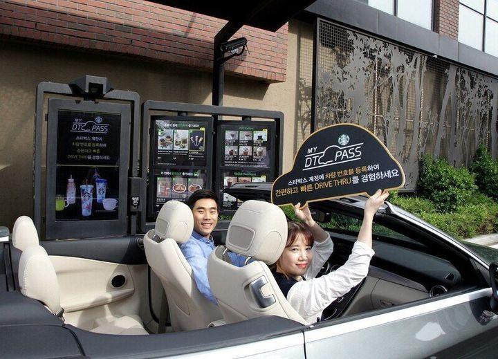 스타벅스가 국내 매장에서 세계 최초로 서비스한 차량번호 인식 기반 자동결제 서비스 '마이 DT패스'