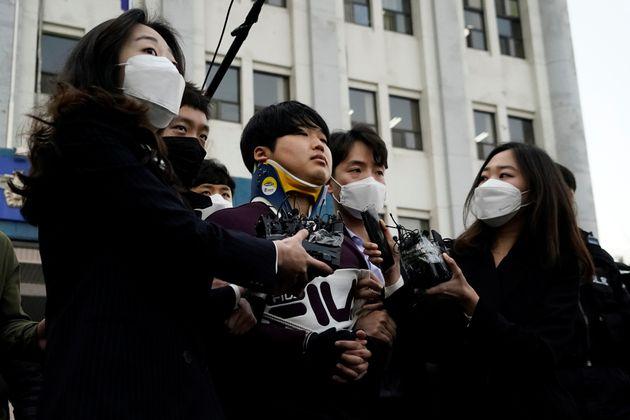 チャットルームを運営していたチョ・ジュビン被告。ソウル中央地裁は11月26日、懲役40年(求刑・無期懲役)などの判決を言い渡した。