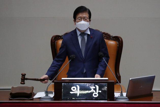 박병석 국회의장이 13일 오후 국회에서 열린 본회의에서 국정원법 개정안에 대한 무제한 토론(필리버스터) 종결 찬반 투표에서 찬성180표로 토론 종결을 선언하며 의사봉을 두드리고