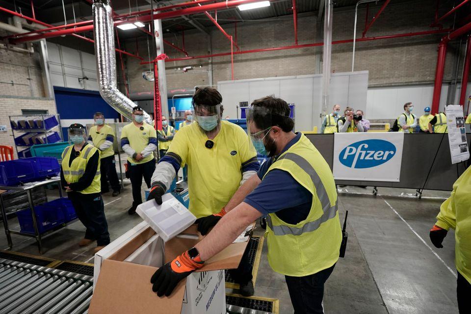 미국 미시간주 포티지에 위치한 화이자 글로벌 서플라이 제조공장에서 직원들이 화이자/바이오앤테크가 개발한 코로나19 백신 배송을 준비하고 있다. 2020년
