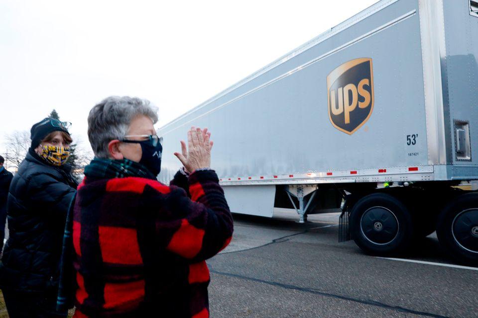 화이자/바이오앤테크 코로나19 백신을 실은 UPS 배송트럭이 미시간주 포티지의 화이자 공장을 떠나고 있다. 2020년