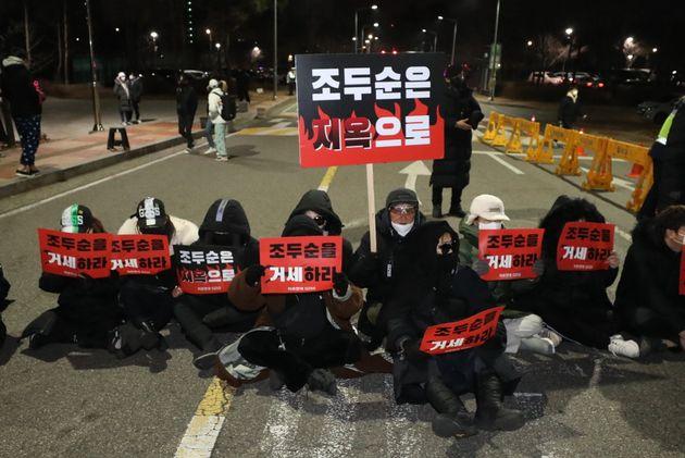 아동 성폭행 혐의로 징역 12년을 복역한 조두순(68)이 출소하는 12일 새벽 서울 구로구 남부교도소 앞에서 시민단체 관계자들이 조두순의 출소를 규탄하며 구호를 외치고