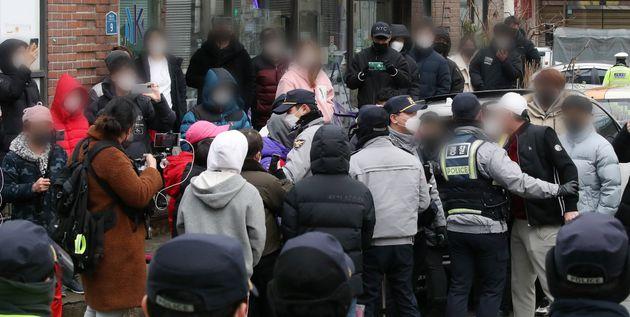 13일 오전 아동 성폭행 혐의로 징역 12년을 복역 후 출소한 조두순이 거주하는 경기도 안산시내 거주지 앞에서 주민들이 경찰에 유튜버들로 불편을 겪고 있다며 항의하고