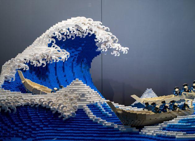 レゴブロックで再現された「神奈川沖浪裏」。三井淳平さんが制作した。