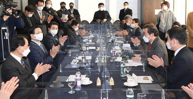 이낙연 더불어민주당 대표가 14일 오후 서울 여의도 CCMM빌딩에서 열린 코로나19 병상확보를 위한 민간협력 방안 간담회에서 박수를 치고