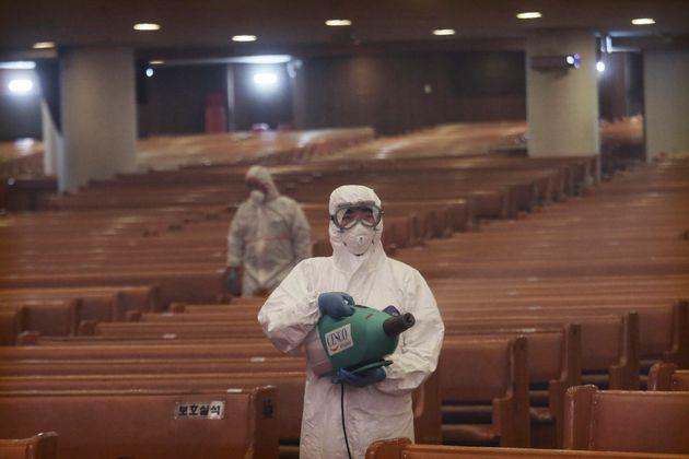 (자료사진) 2020년 8월21일 - 서울 여의도순복음교회에서 보건소 직원들이 소독 작업을 하는