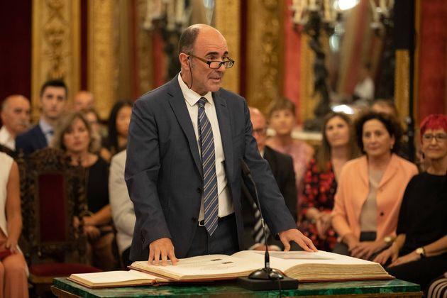 El consejero del Gobierno navarro, Manuel Ayerdi, en la promesa de su cargo, en