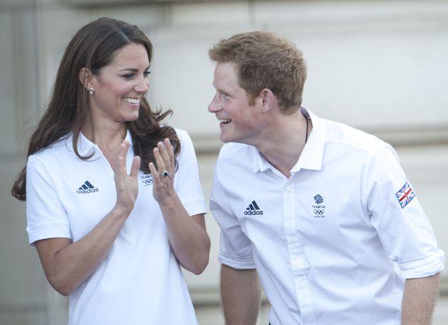 Kate Middleton junto al príncipe Harry en el relevo de la antorcha olímpica en