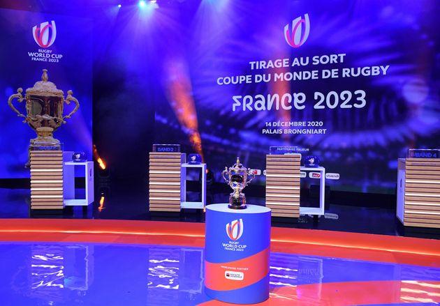 Le trophée Webb Ellis Cup de la Coupe du monde de rugby présenté au Palais Brongniart...