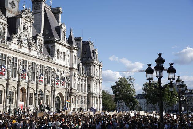Une manifestation féministe devant l'Hôtel de Ville de Paris dénonce la nomination...