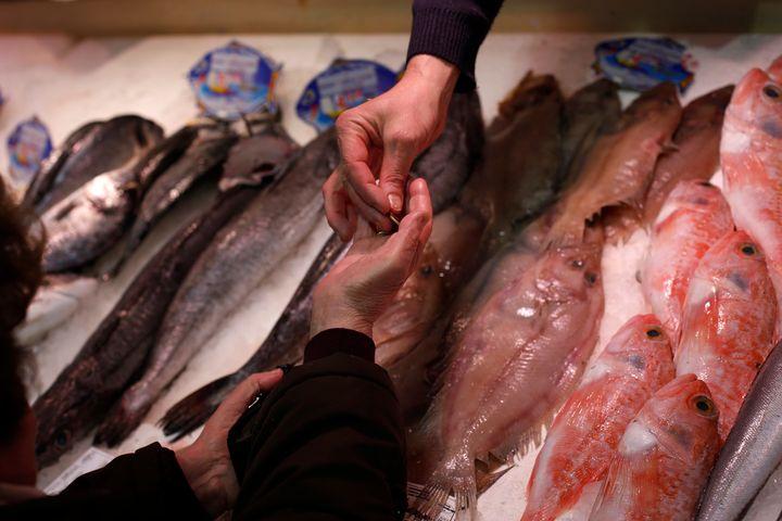 Compraventa de pescado en una pescadería.