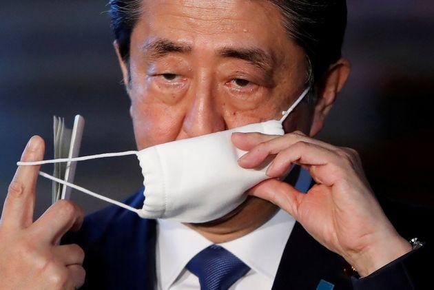 マスクに手をかける安倍晋三前首相