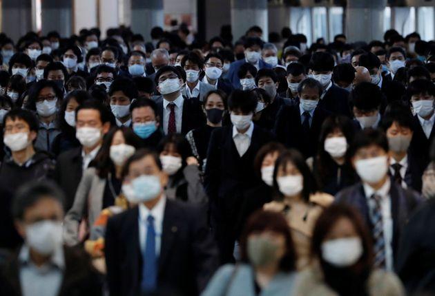 マスクをする人たち。