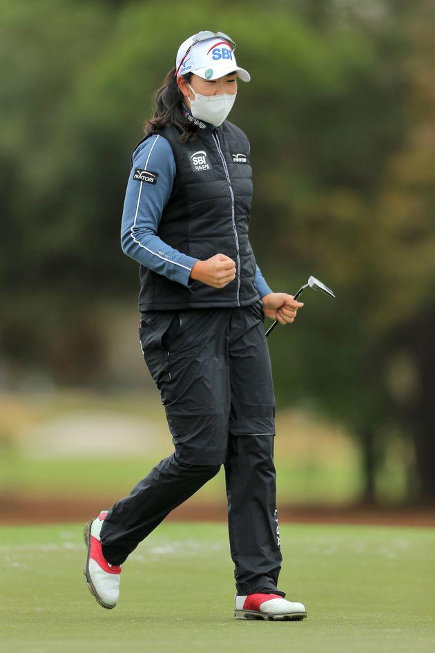 김아림 선수가 US 여자오픈 최종 라운드 18번 홀에서 버디 퍼트에 성공했다. 김 선수는 경기 내내 마스크를 벗지