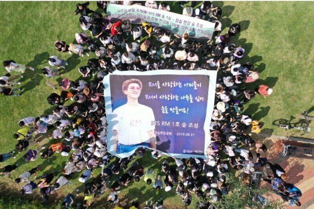 지난해 코로나19가 번지기 전 서울 한강공원에서 방탄소년단의 리더 알엠(RM)의 생일을 기념해 팬들이 '알엠 숲' 1호를 조성할 당시의