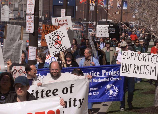 클리블랜드 인디언스의 이름과 로고를 바꾸라는 시위는 오랫 전부터 이어졌다. 사진은 2000년 홈 경기 개막전을 앞두고 경기장 앞에서 시위를 벌이는