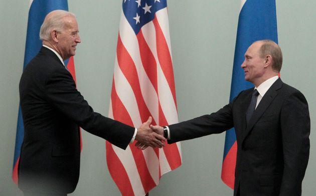 Incontro a Mosca nel marzo 2011 tra l'allora primo ministro Vladimir Putin e l'allora vicepresidente...