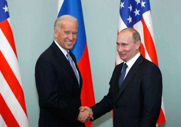 El entonces vicepresidente de Estados Unidos, Joe Biden, estrecha la mano del mandatario ruso Vladimir...
