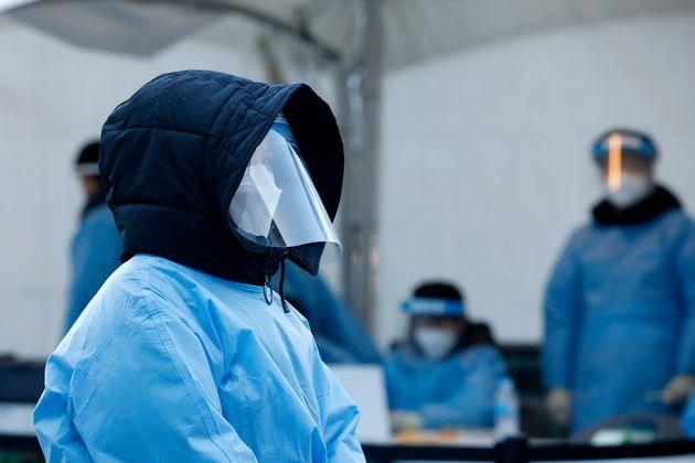 14일 오후 서울 동작구 흑석체육센터 주차장에 마련된 신종 코로나바이러스 감염증(코로나19) 임시 선별진료소에서 의료진이 패딩 모자를 쓰고 대기하고 있다.