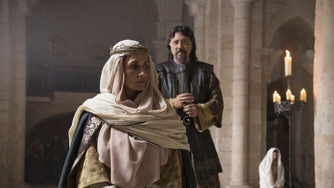 La reina Sancha (Elia Galera) y el conde Flaín (Carlos Bardem).