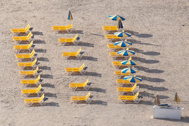 Hamacas vacías en una playa de Gran