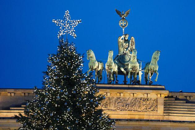 Un árbol de Navidad junto a la Puerta de Brandenburgo, en