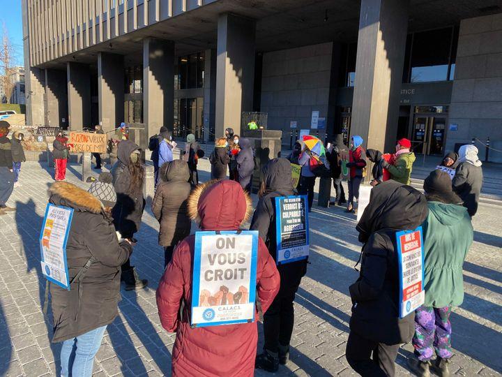 Des manifestants se sont rassemblés devant le Palais de justice de Montréal pour dénoncer le manque de soutien aux victimes d'agressions sexuelles.