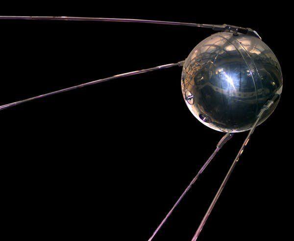"Réplica del satélite artificial Sputnik 1. <a href=""https://es.wikipedia.org/wiki/Sputnik_1#/media/Archivo:Sputnik_asm.jpg"" role=""link"" rel=""nofollow"" data-ylk=""subsec:paragraph;itc:0;cpos:__RAPID_INDEX__;pos:__RAPID_SUBINDEX__;elm:context_link"">Nasa</a>"