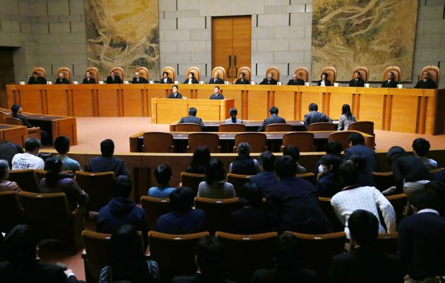 夫婦同姓規定を「合憲」とした最高裁大法廷。上段中央は裁判長の寺田逸郎最高裁長官(当時)=2015年12月16日、東京都千代田区