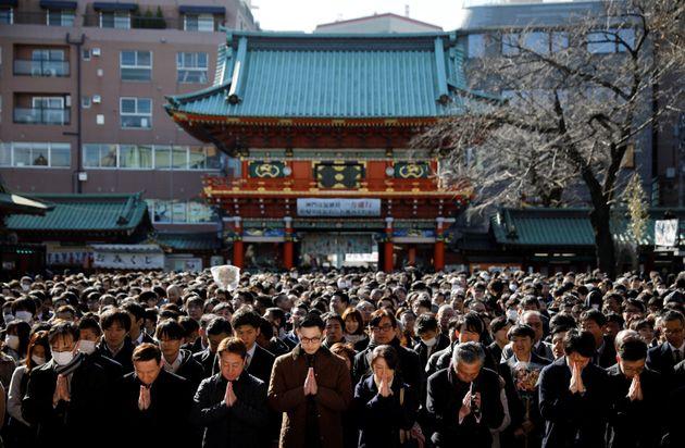 仕事始めの1月6日、東京・神田明神に参拝に訪れた人々