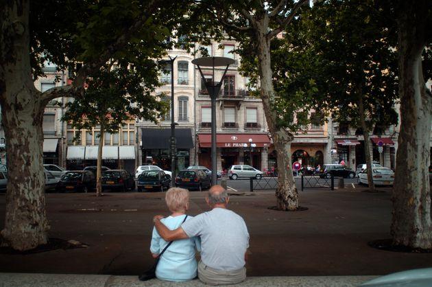 Un couple de personnes âgées s'enlace le 02 août 2006 dans une rue de