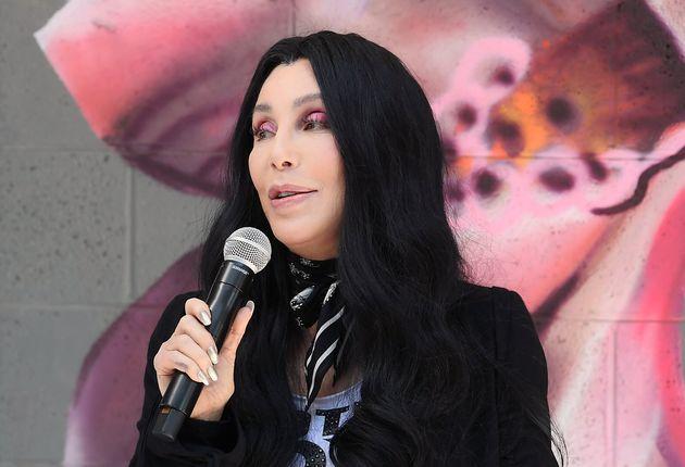 Cher raconte comment deux fans l'ont sauvée d'un homme qui menaçait de la tuer (photo du...