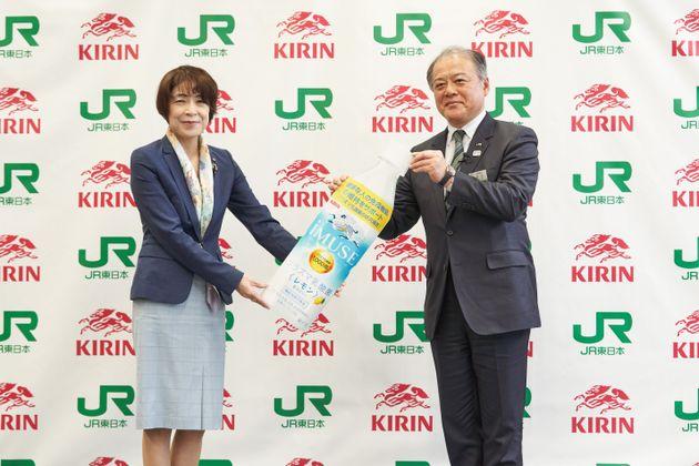(左から)キリンホールディングス常務執行役員の坪井純子氏と、東日本旅客鉄道株式会社常務取締役の赤石良治氏