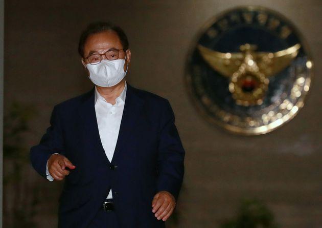 여직원 성추행 사건 피의자 신분으로 비공개 출석한 오거돈 전 부산시장이 22일 오후 부산지방경찰청 여성청소년수사과에서 조사를 받고 나오고 있다.