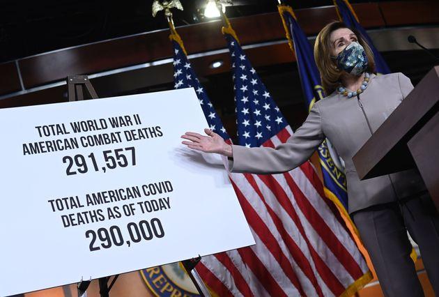 ナンシー・ペロシ下院議長は12月10日の記者会見で、新型コロナ死者数と第二次世界大戦の戦死者について比較。その数日後にコロナ死者数が上回った。