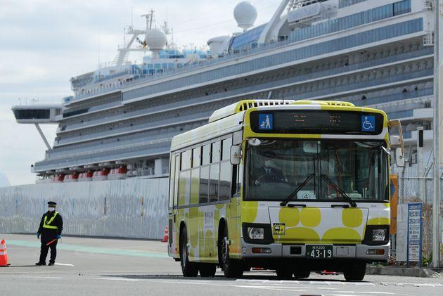 下船したクルーズ船「ダイヤモンド・プリンセス」の乗客を乗せたとみられるバス=2月19日、横浜・大黒ふ頭