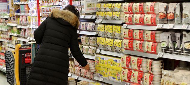 16일 서울의 한 대형마트를 찾은 시민들이 생필품을 구입하고