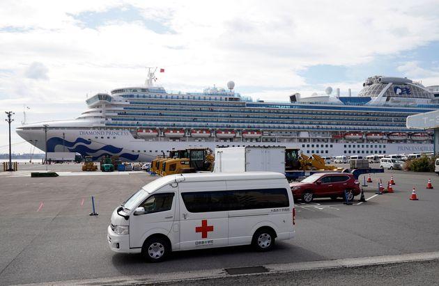新型コロナの集団感染が発生した停泊中のクルーズ船「ダイヤモンド・プリンセス」=2020年2月12日、横浜港の大黒ふ頭